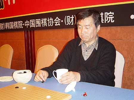 图文:农心杯擂台赛13局 林海峰在研究室内沉思
