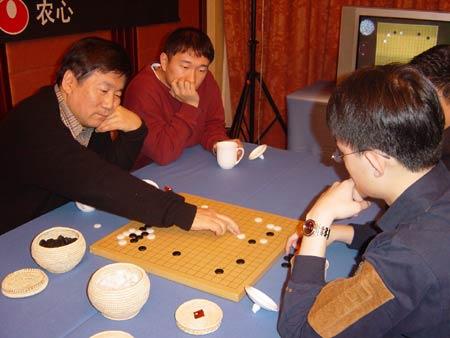 图文:三国围棋擂台赛 林海峰王檄在研究室