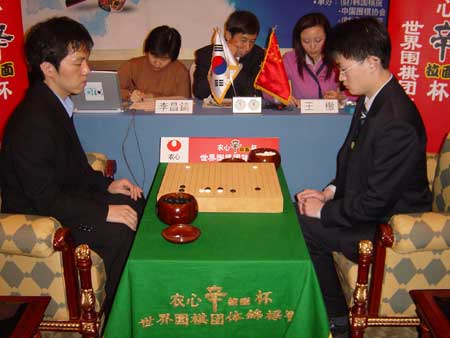 图文:第六届农心杯围棋赛 双方棋手专注于比赛