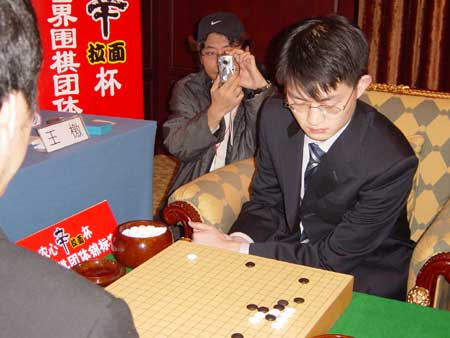 图文:第六届农心杯围棋赛 王檄专心想对策
