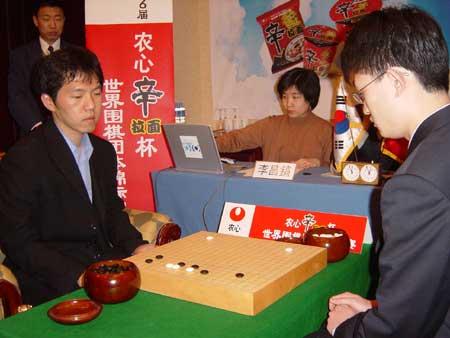 图文:第六届农心杯围棋赛 两人在比赛过程中