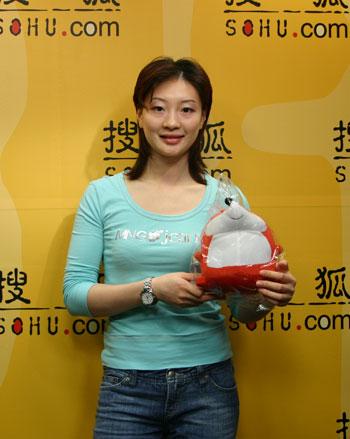 图文:龚睿那做客搜狐聊天 和小狐狸拍张照片