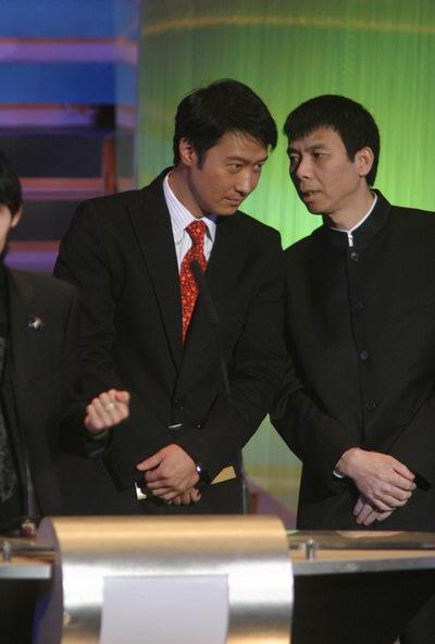 图文:第24届金像奖颁奖现场--黎明与冯小刚