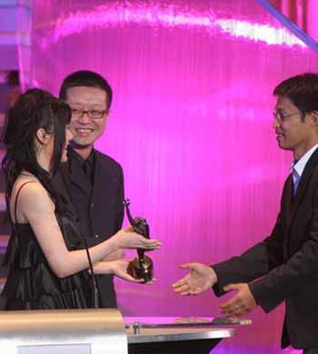 图文:24届香港金像奖 刘伟强笑看女伴