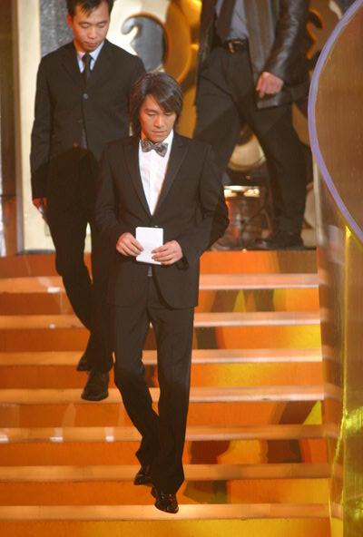 图文:第24届香港金像奖颁奖现场周星驰上台