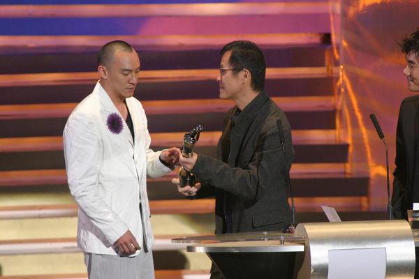 图文: 张震代表《2046》接受最佳原创音乐奖