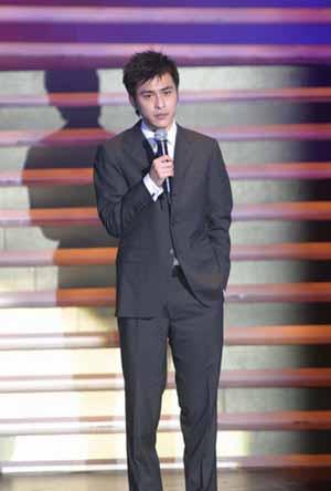 图文:24届香港金像奖范值伟上台介绍台湾电影