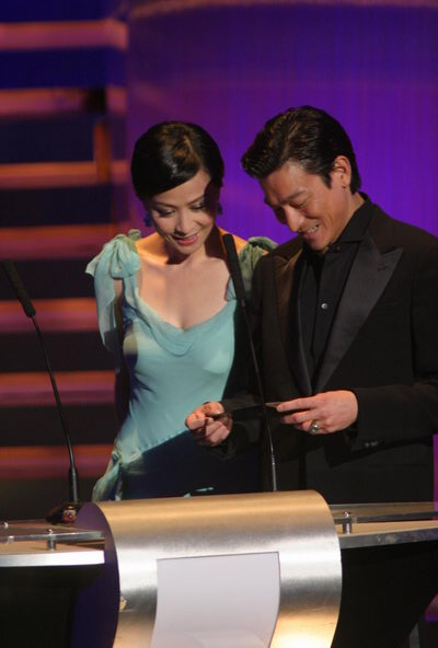图文:颁奖现场--刘嘉玲与刘德一同上台