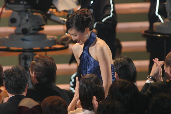 图文:金像奖颁奖现场--章子怡上台领奖