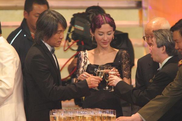 图文:24届香港金像奖 周星弛与张柏芝碰杯