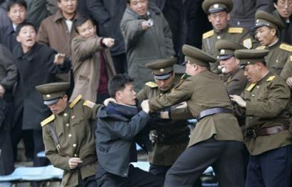 朝鲜遭遇三连败 球迷发泄不满主裁受困球场(图)