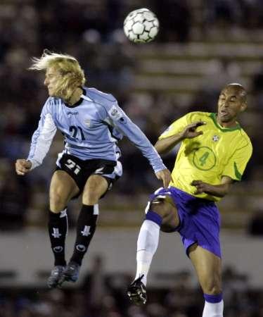 图文:南美区预选赛乌拉圭VS巴西 弗兰争顶
