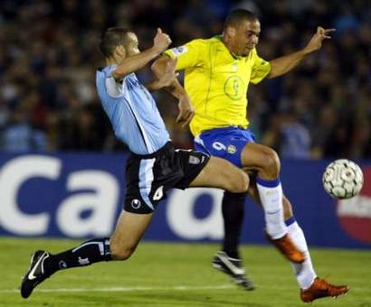 图文:南美区预选赛乌拉圭VS巴西 罗尼带球突破