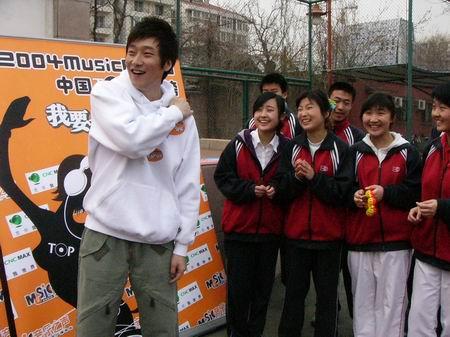 组图:满江为音乐之声TOP榜造势 挺进中学校园