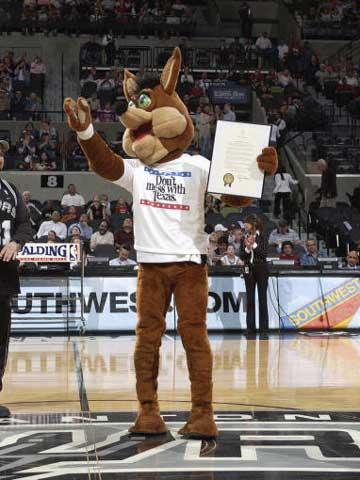 NBA常归赛继续进行,马刺95-94战胜湖人.图为:吉祥物与奖项.图片