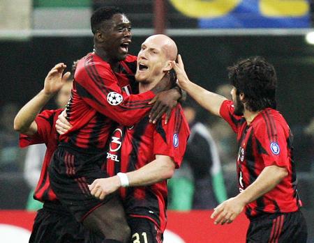 德比/4月6日,意大利AC米兰队球员斯塔姆(右二)为本队攻入首粒入球...