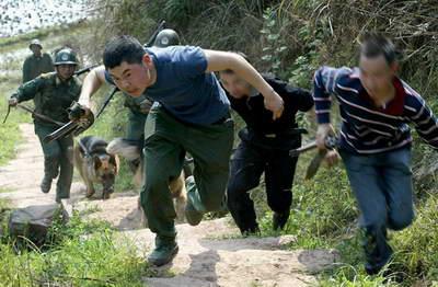 重庆武警举行反恐演习 击毙歹徒救出人质(组图)