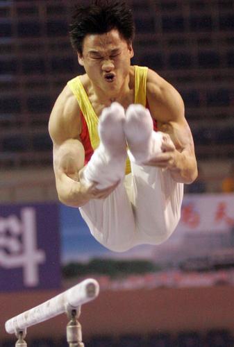 图文:体操国际赛仙桃站落幕 杨威双杠第1名