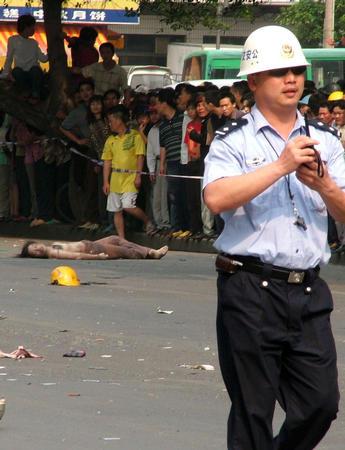 广西北海市一辆小轿车撞向密集人群 造成6死3伤