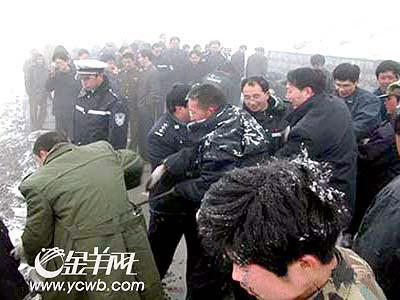 四川阿坝州:大客车载着37人摔下崖(图)