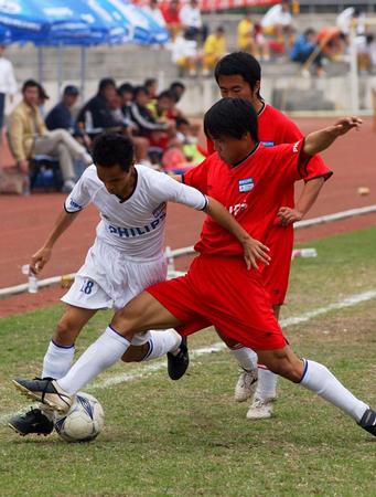 图文:足球大学生足球赛赛况 球员拼抢