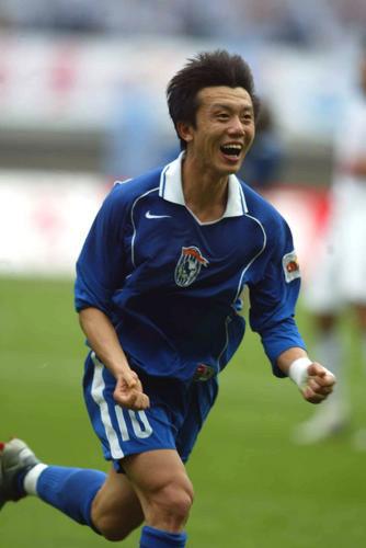 图文:上海国际VS沈阳金德 黄勇庆祝进球