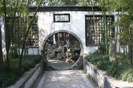 图文:扬州景点个园春景圆门特写