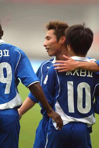 图文:上海国际VS沈阳金德 王�S和队友庆祝进球