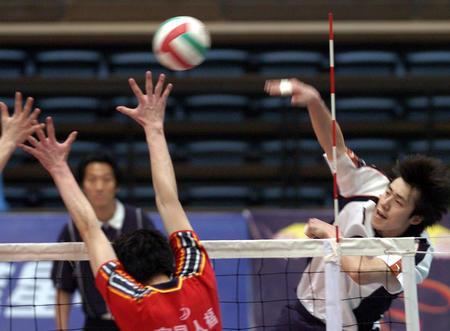 [体育](2)排球�D�D男排预赛:上海胜湖北