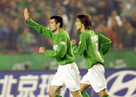 图文:北京4-1大胜青岛 耶利奇庆祝进球