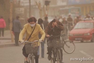 """中国北方遭遇入春以来最强沙尘 甘肃现""""黑风"""""""
