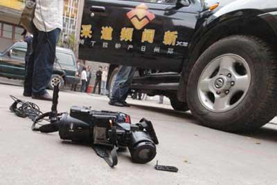20多人围攻电视台记者(图)