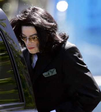迈克尔-杰克逊昨日为娈童案 再次出庭(组图)