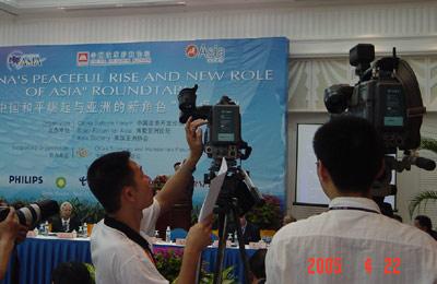 图:中外记者在博鳌论坛现场采访
