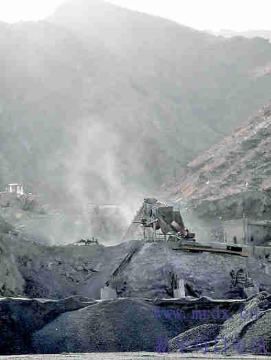 呼和浩特哈拉沁小沟山体滑坡初步认定为地质灾害(组图)