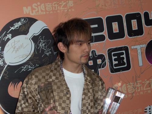 图文:2004中国TOP排行榜后台采访-周杰伦4