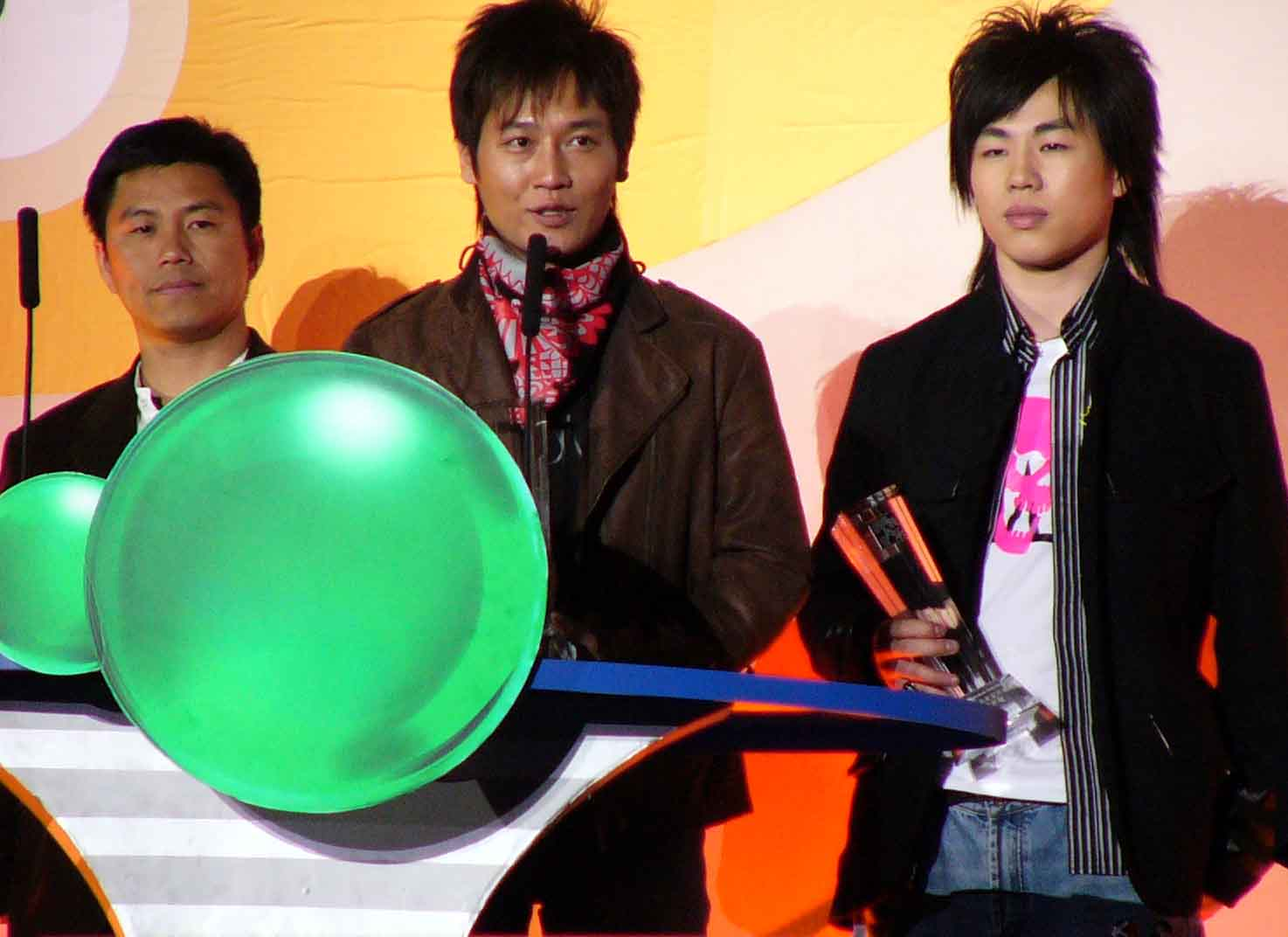 图文:2004中国TOP排行榜颁奖礼现场-阿木领奖