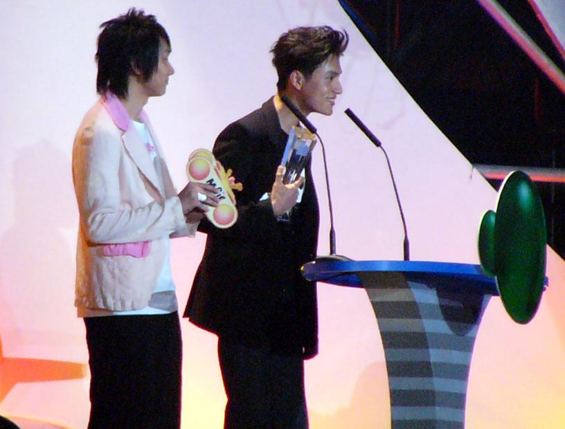 图文:2004中国TOP排行榜颁奖礼现场-陈坤领奖