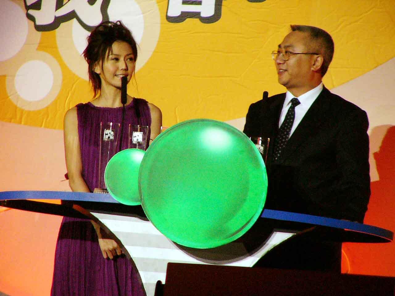 图文:2004中国TOP排行榜现场-孙燕姿颁奖
