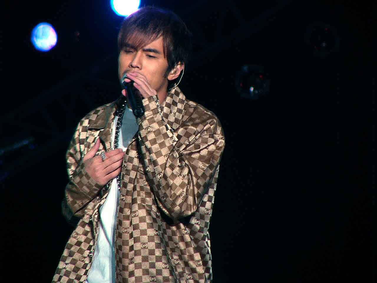图文:2004中国TOP排行榜现场-周杰伦演唱6