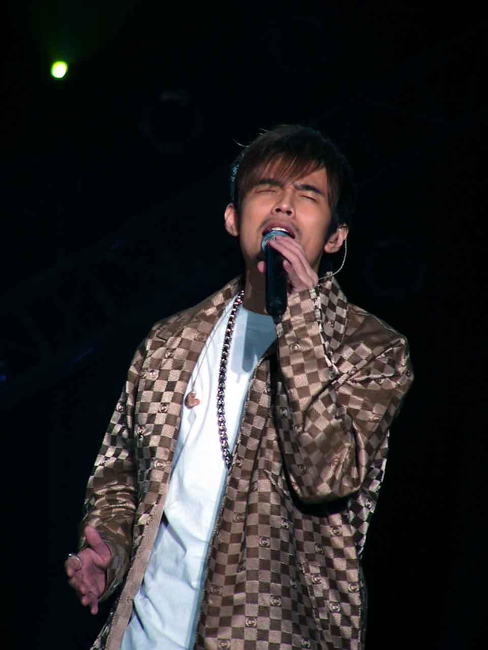图文:2004中国TOP排行榜现场-周杰伦演唱9