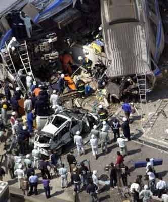 图文:日本火车脱轨事故-火车残骸附近展开救援