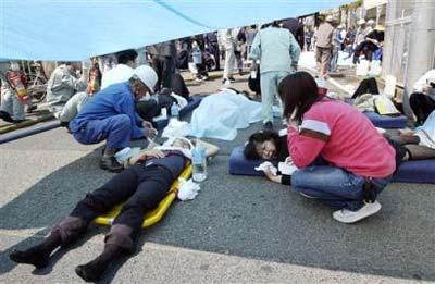 图文:日本火车脱轨事故-受伤旅客正在接受治疗