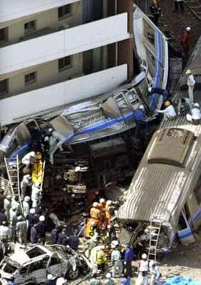 图文:日本火车脱轨事故-救援人员展开施救工作