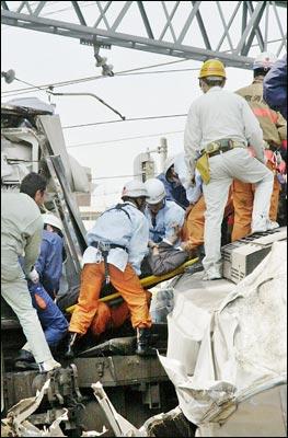 日一火车发生脱轨事故 37人死300多人伤(组图)