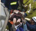 乘客被抬出车厢
