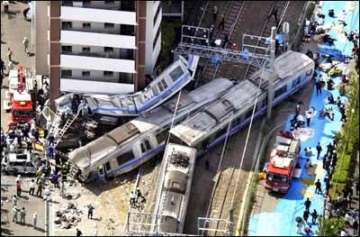 日本列车出轨事故死亡人数升至54人417人伤(图)