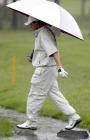 图文:BMW亚洲高球公开赛 第四轮比赛中遇雨