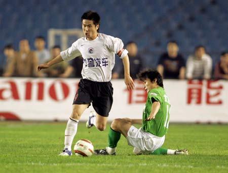 图文:北京0比0平辽宁 辽宁队肇俊哲带球突破