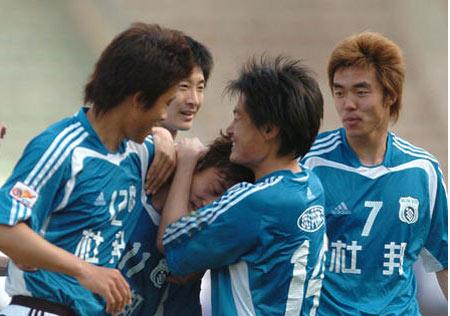 图文:大连1-0天津 球员庆祝进球